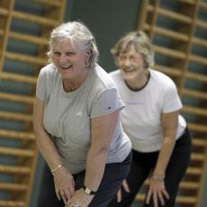 Seniorer dyrker gymnastik 230